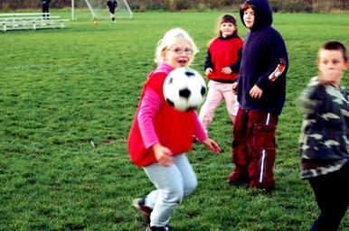 Kinderbetreuung-Babysitting-Fußballplatz